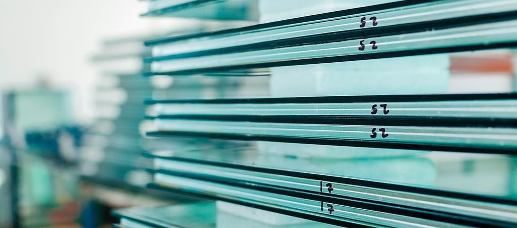 A NBR 14698 — Vidro temperado também determina que a logomarca do fabricante seja colocada sob o vidro